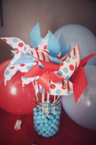 Le joli baptême de Côme, en rouge et bleu, sur le thème de la fête foraine