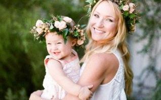 Inspirations coiffure et tenue de baptême : une couronne de fleurs