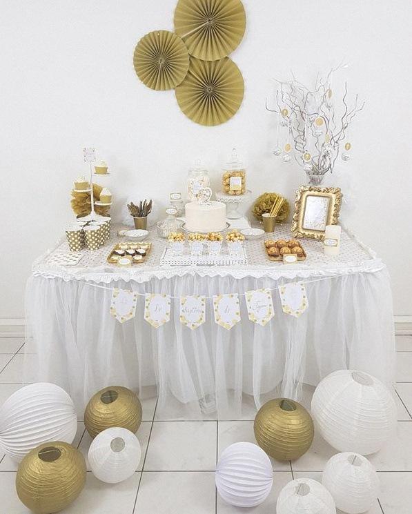 La décoration du baptême de Tayrone : blanc, doré et pe pois on