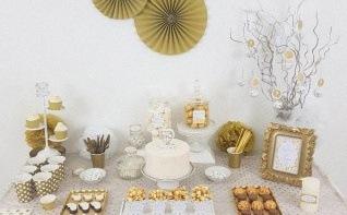 La décoration du baptême de Tayrone : blanc, doré et petits pois