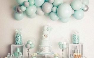 Une sweet table bapteme : ballons et couleurs pastel